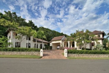 Gorgeous 6 bedroom Villa inside beachfront community