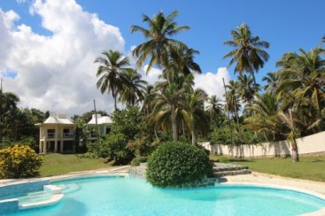Beachfront villa with separate apartment in small gated community