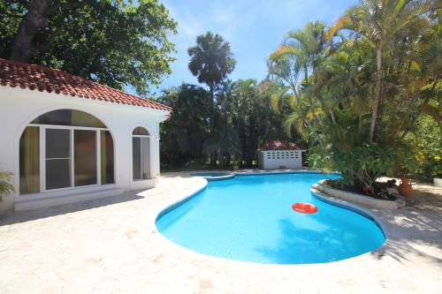 #8 Villa with 2 guest-houses and swimming-pool on a beautiful beach