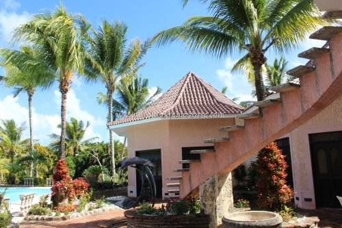 #4  Beautiful villa in select community close to the beach